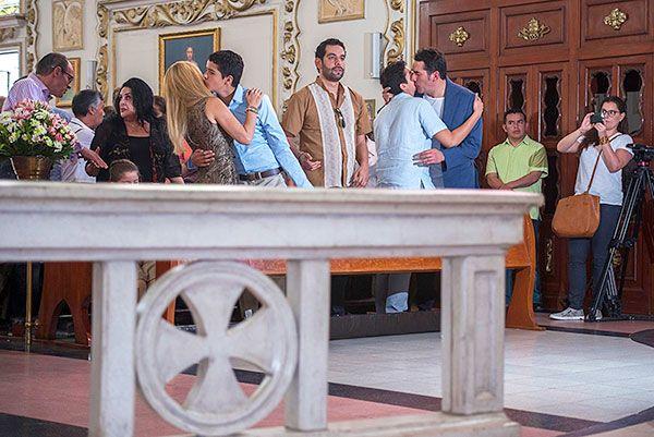 Itatí Cantoral y Eduardo Santamarina, solemne misa por 15 años de sus gemelos