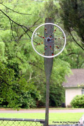 Old bicycle wheel into a garden pinwheel - JUNKMARKET Style