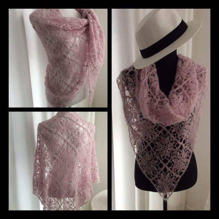 Fijn gehaakte kanten sjaal op dunne haaknaald, licht in gewicht, rose in mooi motief. Crochet lace, Shawl in flower motif in rose.