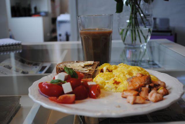 Scrambled eggs med laks og tomatsalat