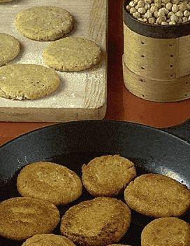 Recette Falafels Version 1 : Mettez à tremper les pois chiches toute une nuit dans de l'eau. Le lendemain, égouttez-les, mettez-les dans un grand fait-tout, recouvrez largement d'eau froide. Salez, poivrez, couvrez et faites cuire 4h. Passez-les au moulin à légumes, puis au tamis fin. Ajoutez à...