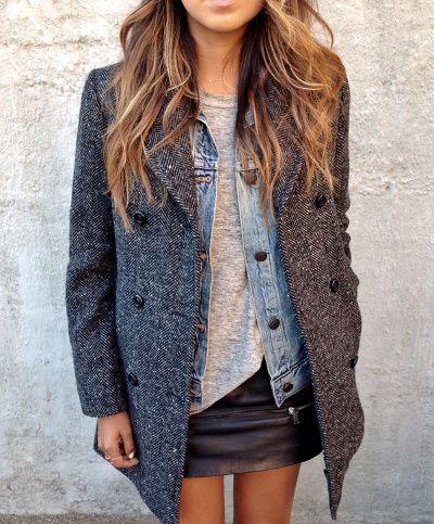 Manteau à chevrons + veste en jean + tee-shirt loose + jupe en cuir = la bonne superposition !