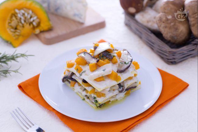 Le lasagne ai porcini, zucca e gorgonzola sono un primo piatto ricco e sostanzioso, condito con una gustosa besciamella al formaggio.