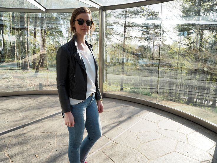 #ELLINORSANDE When in Oslo, you should visit Ekebergparken. Lovely view over Oslo, sculptures, installations and beautiful nature  #aninebing boyfriend jeans #theempoweringtee by #aninebing #zara jacket #rayban sunglasses