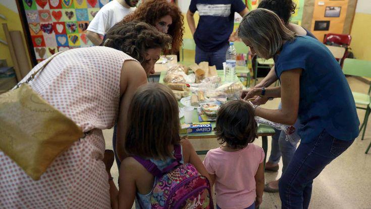 Foto: Padres y niños en un colegio de Barcelona. (EFE)