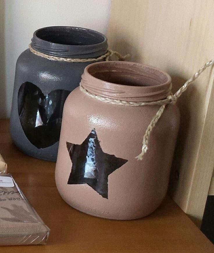 Gesso (action) op potjes deppen met achterkant schuurspons en daarna acryl verf