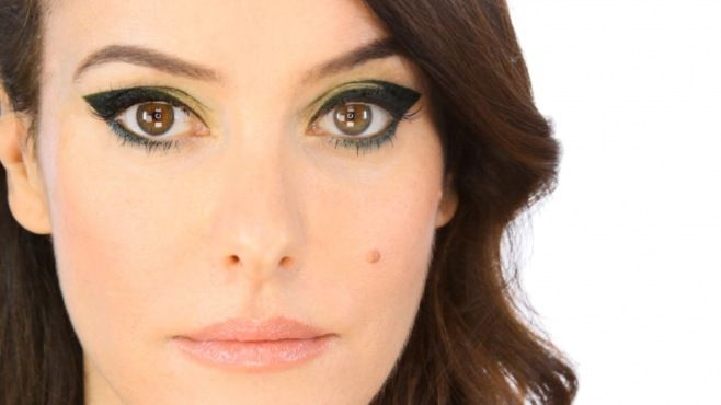Chanel - Lisa Eldridge İle Koyu Yeşil Göz Makyajı Uygulaması - Chanel makyaj uzmanı Lisa Eldridge ile koyu yeşil göz makyajı tekniği (Olive Green Makeup Video)