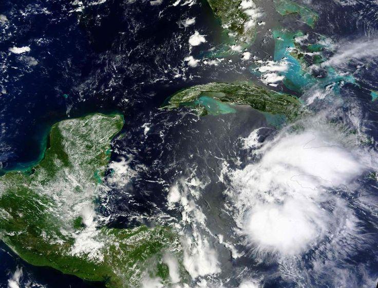 Honduras: Tormenta tropical Earl se convertirá en huracán antes de ingresar a tierra Las autoridades educativas suspendieron las clases para este miércoles en siete departamentos decretados en alerta amarilla Una imagen satelital de Earl luego de su formación como tormenta tropical. La gráfica muestra el paso cercano que tendrá por Honduras, foto: AFP/NASA.