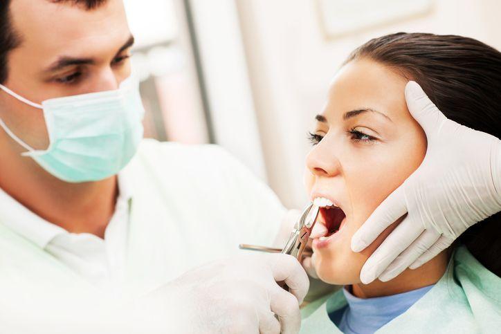 Beber alcohol y otros errores a evitar luego de una extracción dental
