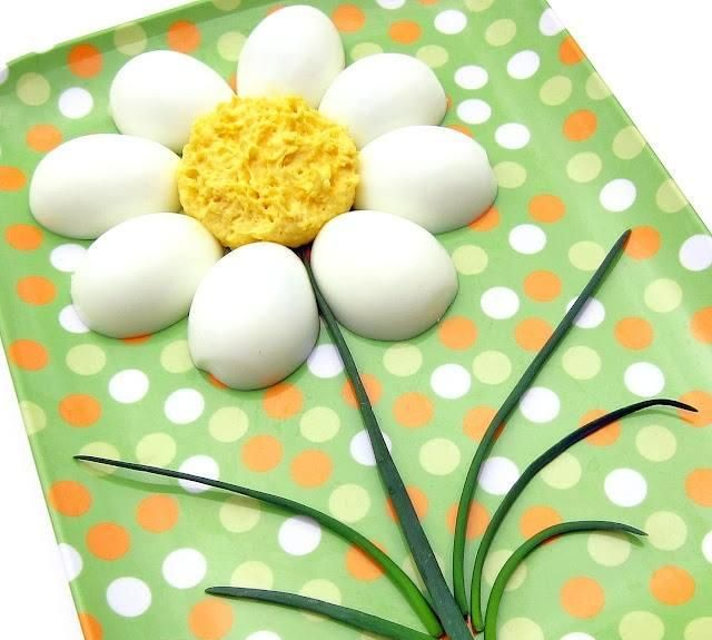 Une fleur avec des oeufs et ciboulettes