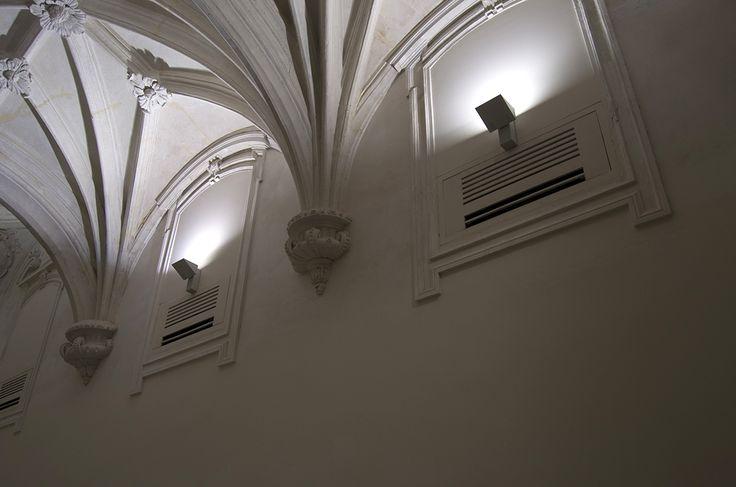 La iluminación de la sala dedicada a José Miguel Pereñíguez está pensada para rebotar en el techo abovedado, inundando tenuemente la estancia.