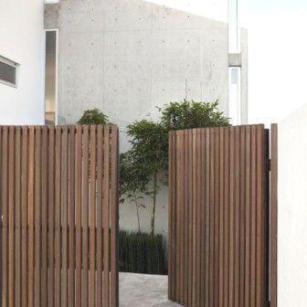 Thin vertical slat gate