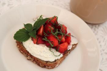 Mansikkakausi on parhaimmillaan ja sesonkimarja sopii hyvin myös kauran kanssa kahvipöytään. Makupalettia täydentää vielä vaniljakreemi, joten ei kuin herkuttelemaan!