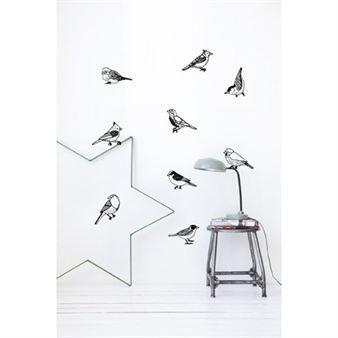 Deze wandtattoo bestaat uit verschillende vogels die u naar uw voorkeur kunt plaatsen. Deze muursticker van Ferm Living is een van de vele speelse manieren die zij bieden om uw kamer in te richten.