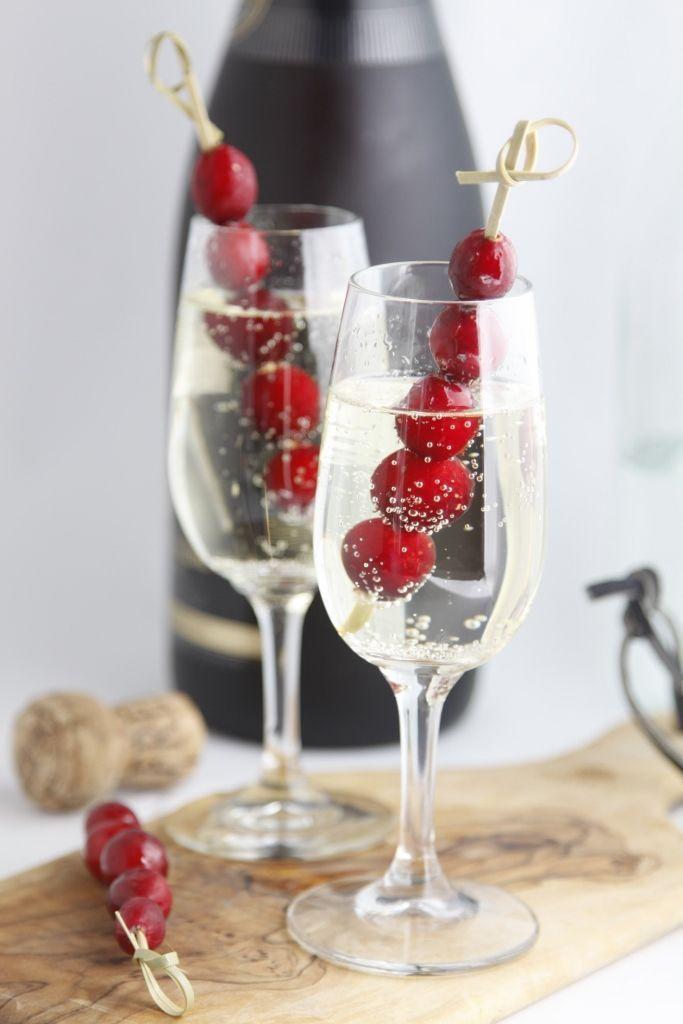 ゲストへのウェルカムドリンクは、真っ赤なベリーで冬っぽく♡ 真冬の披露宴・二次会・1.5次会のアイデア☆