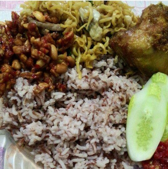 Nasi uduk beras merah komplit. Kering tempe,mie,ayam goreng,ketimun dan g lupa sambelnya. Indonesian Food