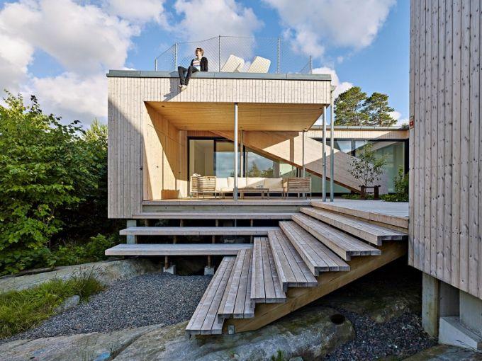 Ze střešní terasy přístupné z vnitřního dvora zvolna stoupajícím schodištěm je krásný výhled do okolní zeleně a na hladinu moře