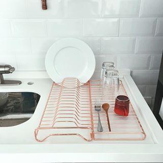Eis que de repente um escorredor de pratos te encanta. | 14 apartamentos minimalistas que vão te fazer sentir coisas