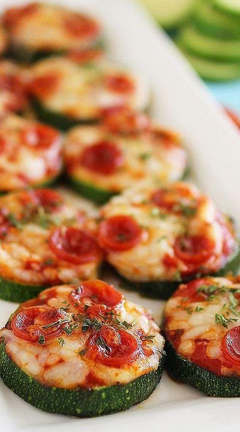 Pizza ohne Teig: Zucchini Scheiben lecker belegt.