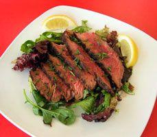 """#Steak grillé """"#tagliata""""  Steak de surlonge épais, grillé puis coupé en tranches minces servies sur un lit de salade.  En Italie du nord on apprête et on sert la viande grillée en « tagliata », qui signifie « tranchée ». On la sert aussi en « panini », surtout dans les cafés et bars de Milan, ce qui en fait le dîner rapide d'élection des Milanais avant une soirée au théâtre ou à l'opéra."""