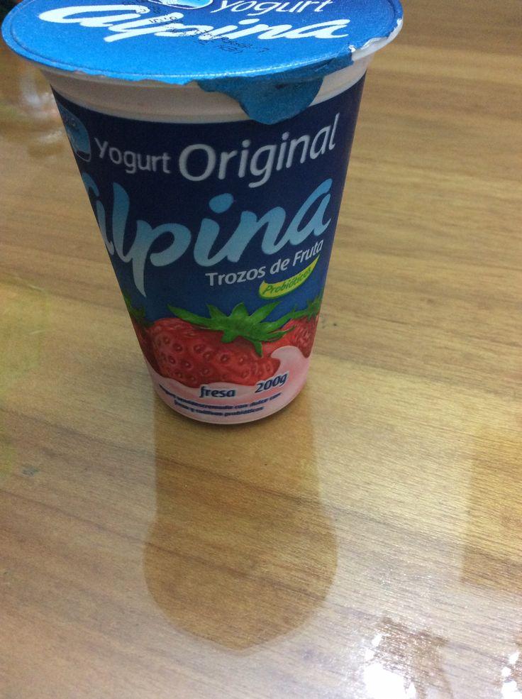 El yogur tiende a tener una gama más amplia de carbohidratos debido a los muchos tipos diferentes. El yogur puede ser hecho de todo, baja en grasa o leche descremada. El yogur natural de leche entera tendrá cerca de 11 g de carbohidratos por taza. Un yogur bajo en grasa con sabor a fruta tendrá cerca de 47 g de carbohidratos por taza. Y un yogur descremado sin azúcar con sabor tendrá cerca de 18 g de carbohidratos por taza. Fuente: http://www.livestrong.com/es/leche-queso-yogur-info_11625/