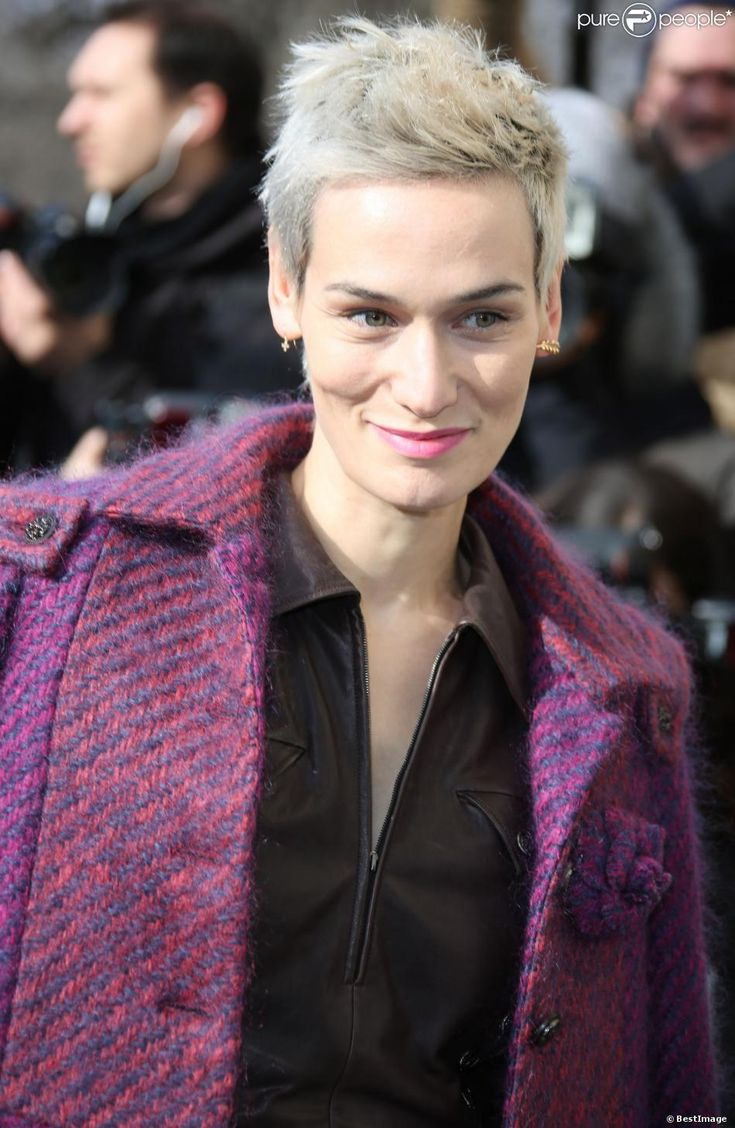Clotilde Hesme arrive au défilé Chanel le 4 mars 2014 au Grand Palais.