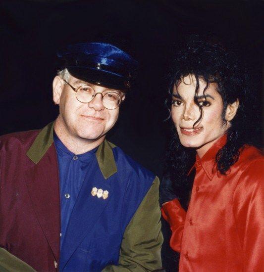 """Eu não posso conhecer sua mãe e Michael Jackson no mesmo dia."""" David Furnish companheiro de Elton Jonhn  dizendo  emocionado quando ficou sa..."""