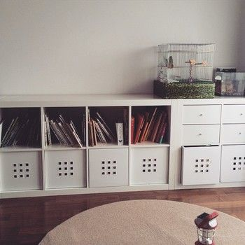 リビングにずらりと並べたIKEAの収納家具。引き出しやボックスをプラスすれば、分類して片づけやすい上に、見た目もすっきりしていますね。