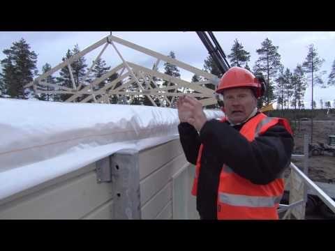 Jorma Piisinen kertoo omakotirakennuttajan työturvallisuusvastuusta ja testaa Design-Talon patentoidun työturvatelineen.