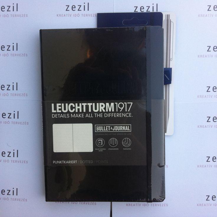 Fekete színű Leuchtturm1917 Bullet Journal tengerészkék színű tolltartó gumival.  Leuchtturm1917 | pen loop | zezil