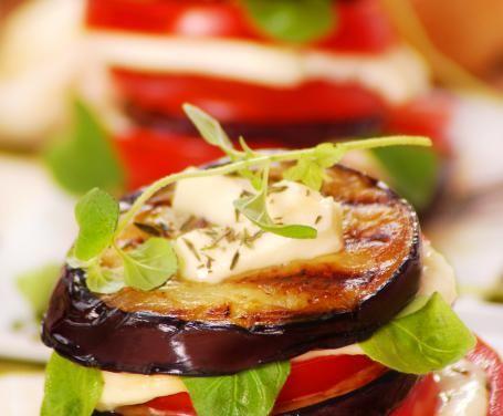 La parmigiana di melanzane si può preparare in svariati modi; in occasione di un barbecue, perché non provarla con le melanzane alla griglia?