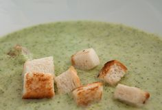 Thermomix Broccolicremesuppe. Eine Suppe für Erwachsene und Kinder - im handumdrehen gemacht und schön cemig. Coutons dazu sind superlecker. Das komplette Thermomix Rezept findet ihr auf http://www.meinesvenja.de/2013/03/15/thermomix-die-broccolicremesuppe/