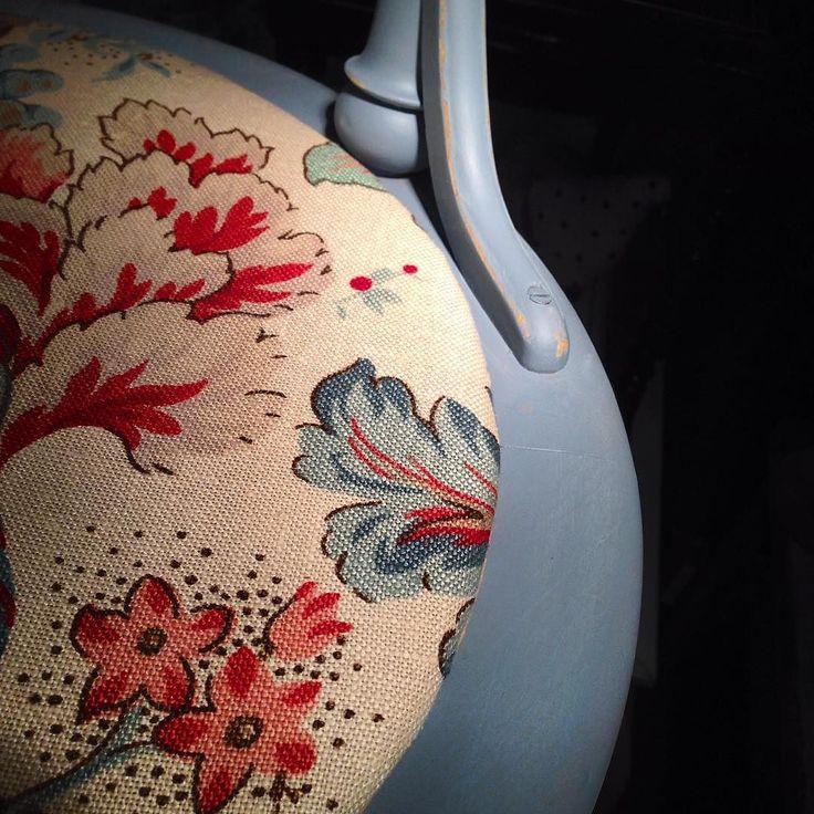 Målat två pinnstolar i kulören Bergere#måla#skattkammarbutiken#missmustardseedsmilkpaint#återbruka#genbrug#vintage#interiör#lovemmsmp#kalkfärg#shabbychic#målaom#inredning#mjölkfärg