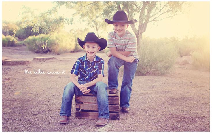 Gotta love the little cowboys!!! Western/Cowboy style & big family session inspiration right here...