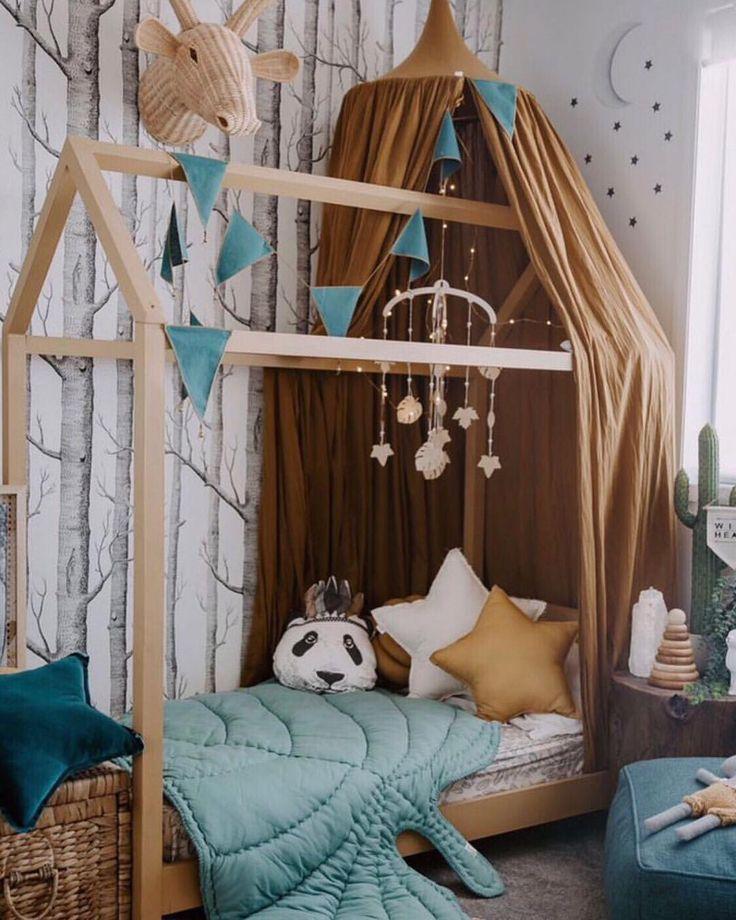"""Wir lieben dieses moderne, von Wäldern inspirierte Schlafzimmer absolut. Können Sie sich vorstellen, wie Sie """"Wo die wilden Kerle wohnen"""" Ihrem Kleinen in…"""