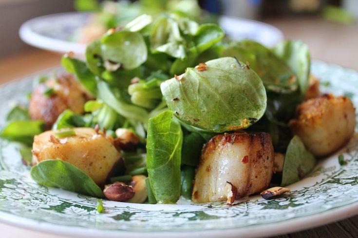 Salade : Noix de coquilles St Jacques poêlées, feuilles de mâche, noisettes et curry…