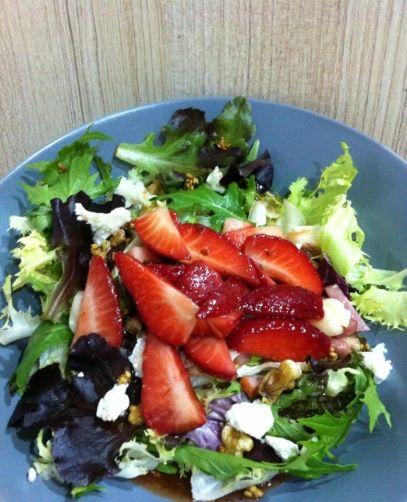 Ensalada templada de bacon, rulo de cabra y fresas con su vinagreta. para #Mycook http://www.mycook.es/receta/ensalada-templada-de-bacon-rulo-de-cabra-y-fresas-con-su-vinagreta/