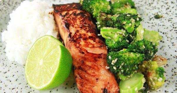 Lax som snabbmarineras med ljus soja, honung och ingefära.Servera med sesamstekt broccoli och ris. Jättegott och enkelt.