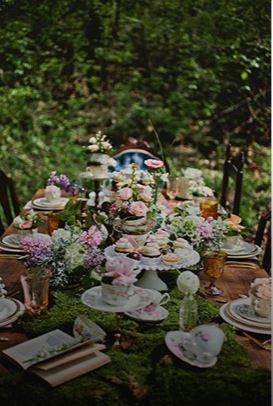 Un #tapis de #mousse sur la #table, des #tasses de #thé #shabby #chic en guise de #déco et voici une table aux doux airs d'Alice au pays des merveilles.