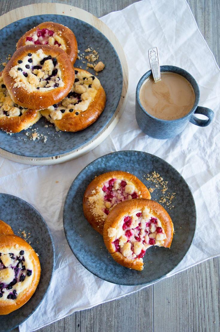 SUGARTOWN: Kynuté koláče s tvarohem, drobným ovocem a drobenkou/Kolaches with curd cheese (quark) filling, red currants, blueberries and crumble topping