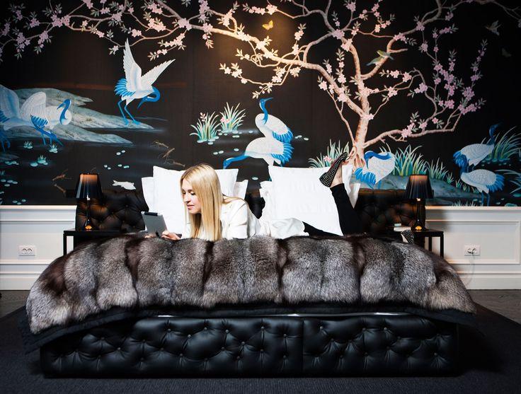 Sovrumstapeten kommer från italienska Misha handmadewallpaper. Sängen är köpt i Milano, överkast, In...