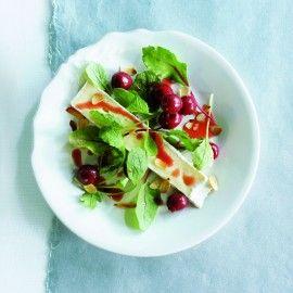 Salade met warme brie, kersen en kaneeldressing
