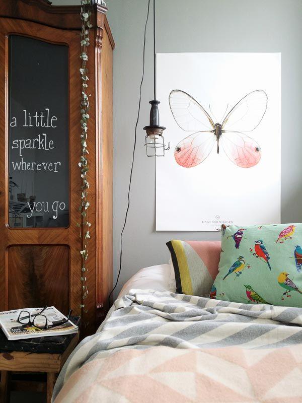 Slaapkamer in zachte pasteltintjes met roze en grijze plaid. Roze plaid van Tina Ratzer. Kussentjes maken het af. Bij webshop Ookinhetpaars.