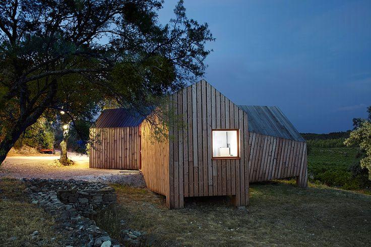 Affacciato sul Mont Ventoux, La Cabotte è un padiglione in legno per un produttore di vino, progettato da h2o architectes con l'intento di evocare l'architettura vernacolare locale.
