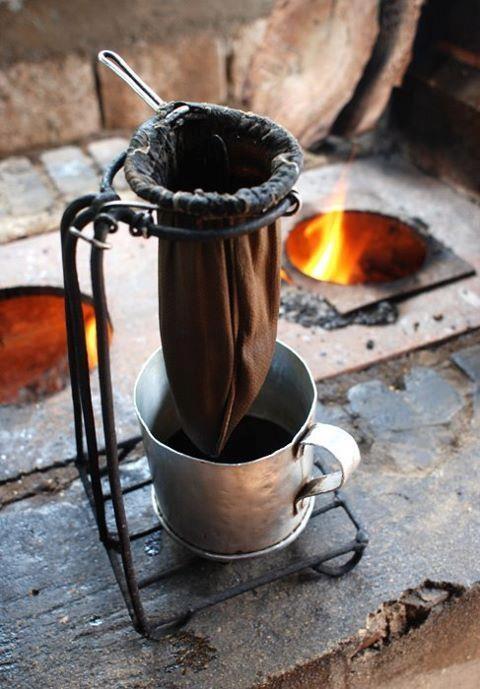 Café coado. Fogão a lenha.