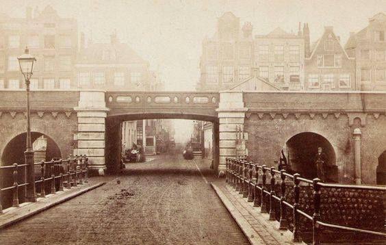 Amsterdam, Het spoorwegviaduct voor de Buiten Oranjestraat, aangelegd vanaf 1872, gezien naar de Haarlemmer Houttuinen vanaf het Bickerseiland, met op de voorgrond de verdwenen brug over de Eilandsgracht (ca. 1880).