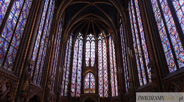 """Komu określenie """"brama niebios"""" wydaje się nieco na wyrost, to prawdopodobnie w kaplicy jeszcze nie był. Ogromne witraże sprawiają wrażenie"""