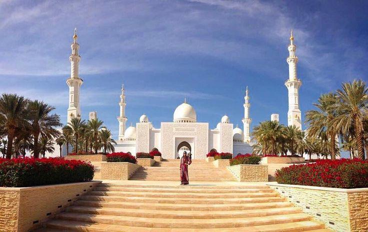 Sheikh Zayed Grande Mesquita (árabe: جامع الشيخ زايد الكبير) está localizado em Abu Dhabi a capital dos Emirados Árabes Unidos  O projeto foi lançado pelo ex-presidente dos Emirados Árabes Unidos Sheikh Zayed bin Sultan Al Nahyan que queria estabelecer uma estrutura que unisse a diversidade cultural do mundo islâmico com os valores históricos e modernos da arquitetura e da arte.  A mesquita foi construída de 1996 a 2007. É a maior mesquita dos Emirados Árabes Unidos. O complexo de construção…