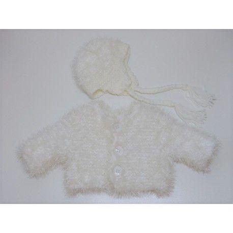 Petit assortiment veste & bonnet pour bébé, taille naissance à 3 mois. Veste tricoté main en laine double, un fil de laine acrylique & un fil de laine polyester. Elle s'ouvre et se referme avec 3 boutons blancs plastique. Bonnet péruvien avec attaches. Composition : 50 % acrylique 50 % laine, lavage 30°.