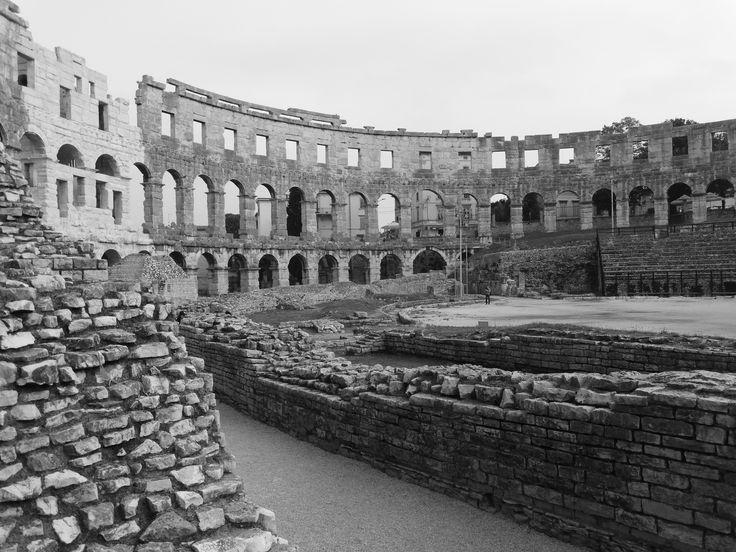Das Amphitheater von Pula wurde vor mehr als  2.000 Jahren erbaut. Es ist 133 Meter lang und 105 Meter breit.